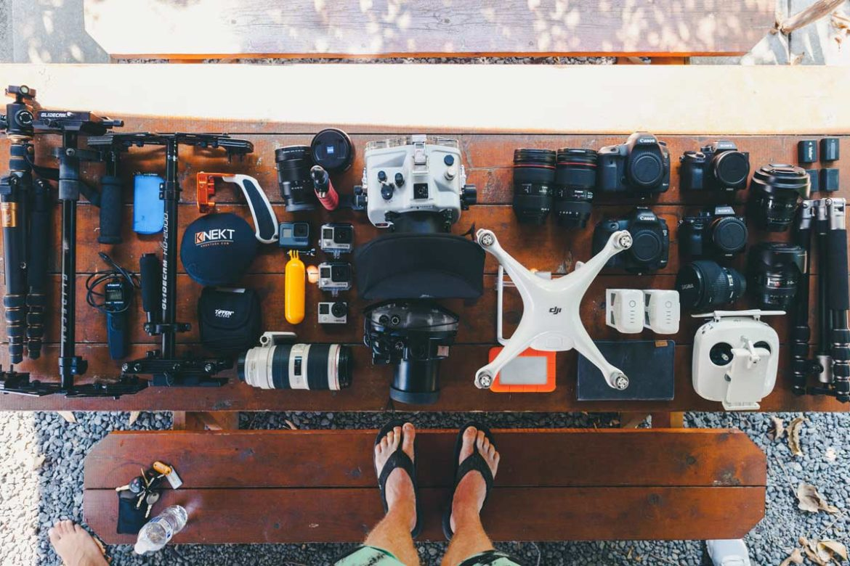 Vista panoramica macchine fotografiche su tavolo da scegliere
